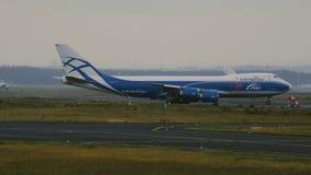Boeing 747-83Q-F del cargo del puente del aire monta en el campo de aviación metrajes