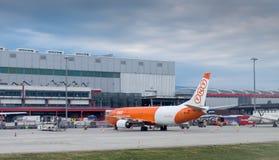 Boeing 737-4Q8SF des lignes aériennes Belgique d'ASL à l'aéroport de Genève S Photos libres de droits