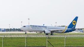 Boeing 737-8Q8 (WL) por Ukraine International Airlines Imagens de Stock Royalty Free