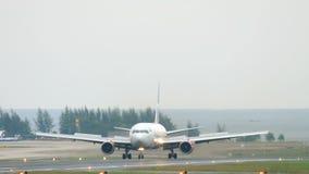 Boeing 767 que aterriza en el aeropuerto de Phuket almacen de metraje de vídeo