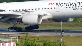 Boeing 777 que aterriza almacen de metraje de vídeo