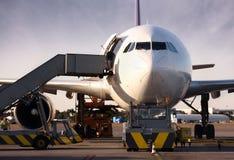 Boeing que está sendo carregado com a carga Imagem de Stock