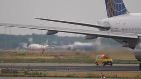 Boeing 777 que lleva en taxi antes de salida almacen de metraje de vídeo