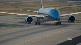 Boeing 787 que lleva en taxi después de aterrizar metrajes