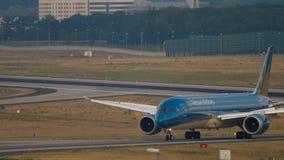 Boeing 787 que lleva en taxi después de aterrizar almacen de metraje de vídeo