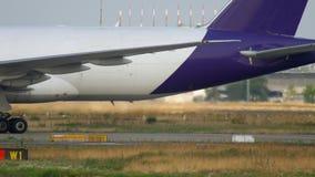 Boeing 777 que lleva en taxi después de aterrizar almacen de metraje de vídeo