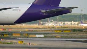 Boeing 777 que lleva en taxi después de aterrizar metrajes