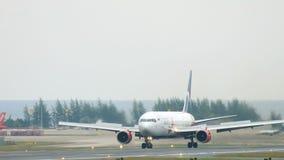 Boeing 767 que lleva en taxi en el aeropuerto de Phuket almacen de video