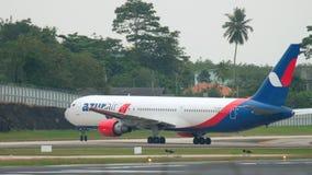 Boeing 767 que lleva en taxi en el aeropuerto de Phuket almacen de metraje de vídeo