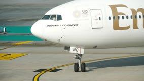 Boeing 777 que lleva en taxi en el aeropuerto de Phuket almacen de video