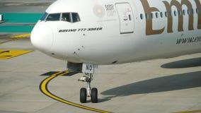 Boeing 777 que lleva en taxi en el aeropuerto de Phuket almacen de metraje de vídeo