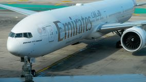 Boeing 777 que lleva en taxi en el aeropuerto de Phuket metrajes