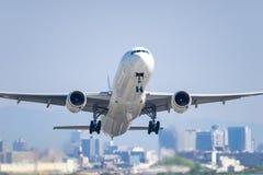 Boeing 777-300 que saca Imagen de archivo libre de regalías