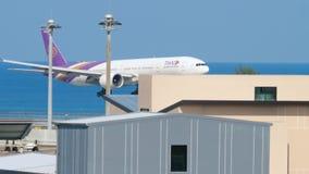 Boeing 777 que se acerca sobre el océano almacen de video