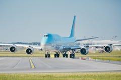 Boeing 747 que taxiing à pista de decolagem Fotos de Stock