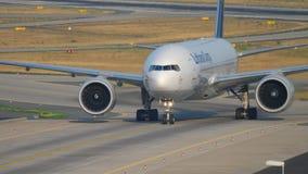 Boeing 777 que taxiing após a aterrissagem video estoque
