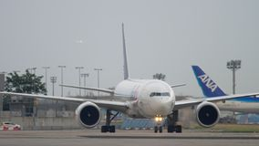 Boeing 777 que taxiing após a aterrissagem vídeos de arquivo
