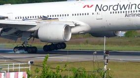 Boeing 777 que toca para baixo vídeos de arquivo