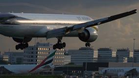 Boeing 777-35r-ER των αεριωθούμενων εναέριων διαδρόμων που πλησιάζουν στον αερολιμένα Schiphol απόθεμα βίντεο