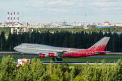 Boeing 747 Rossiya flygbolag, flygplats Pulkovo, Ryssland St Petersburg Augusti 2016 Fotografering för Bildbyråer