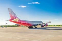 Boeing 747 Rossiya flygbolag, flygplats Pulkovo, Ryssland St Petersburg Juni 2017 Royaltyfri Bild