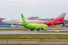 Boeing 747 Rossiya flygbolag och att vänta tar av boeing 737-800 S7 Airlines, flygplatsen Pulkovo, Ryssland St Petersburg 29 Apri Arkivbild