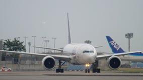 Boeing 777 roulant au sol après le débarquement banque de vidéos