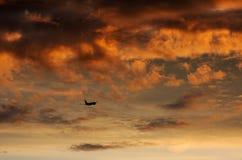 Boeing 737 sale en la puesta del sol Imagen de archivo