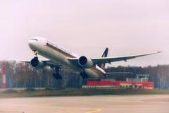 Boeing 777 Singapore Airlines tar av Arkivfoton