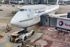Boeing 747 som är klar för pushback på den Frankfurt flygplatsen Arkivfoton