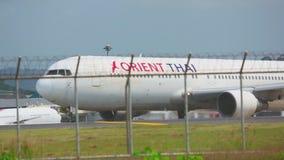 Boeing 767 som åker taxi arkivfilmer