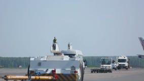 Boeing 777 som åker taxi på landningsbana till parkeringsplatsen, når att ha landat