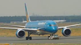 Boeing 787 som bogserar från service lager videofilmer