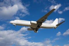 Boeing 737-800 som landar Royaltyfria Foton