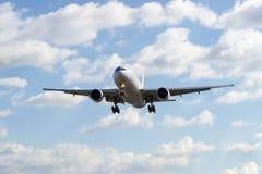 Boeing 777-200 som landar Arkivbilder