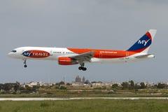 Boeing 757-200 som landar Royaltyfria Foton