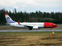 Boeing 737-800 som landar Royaltyfria Bilder