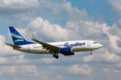 Boeing 737 som landar till landningsbanan arkivfoto