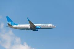 Boeing 737 som landas på landningsbana arkivfoto