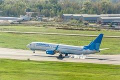 Boeing 737 som landas på landningsbana Fotografering för Bildbyråer