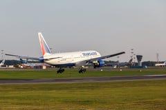Boeing 777 som landas på landningsbana Royaltyfri Bild