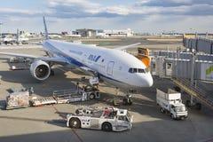 Boeing 777 som parkeras på Narita den internationella flygplatsen Royaltyfria Bilder