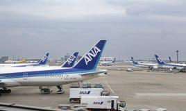 Boeing 777 som parkeras på Narita den internationella flygplatsen Royaltyfri Foto