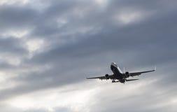 Boeing 737-800 sta volando nel cielo Fotografia Stock Libera da Diritti
