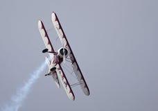 Boeing Stearman in der steilen Bank mit Rauche Stockbilder