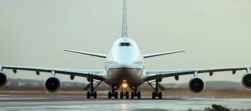 Boeing 747 stråltrafikflygplan på landningsbana Fotografering för Bildbyråer