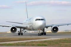 Boeing 767 sulla pista Fotografia Stock Libera da Diritti