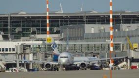 Boeing 737 Sun-des Eilfluglinienmit einem taxi fahrens stock video