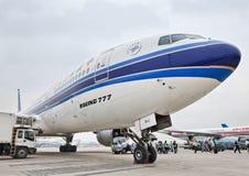 Boeing 777 sur l'aéroport international capital de Pékin Photographie stock libre de droits