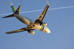 Boeing 737-700 sur un ciel bleu Image libre de droits